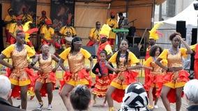 LE MANS, ΓΑΛΛΙΑ - 22 ΑΠΡΙΛΊΟΥ 2017: Καραϊβικός χορός χορού μουσικών τζαζ Evropa φεστιβάλ που παίζουν τα τύμπανα και χορευτών φιλμ μικρού μήκους