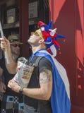 LE MANS, ΓΑΛΛΙΑ - 16 ΙΟΥΝΊΟΥ 2017: Ένας ανεμιστήρας σε ένα καπέλο με τα κέρατα στην παρέλαση του αγώνα πιλότων Στοκ Εικόνα