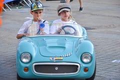 LE MANS, ΓΑΛΛΙΑ - 13 ΙΟΥΝΊΟΥ 2014: Παιδιά στα αθλητικά αυτοκίνητα στην παρέλαση του αγώνα πιλότων Στοκ φωτογραφία με δικαίωμα ελεύθερης χρήσης