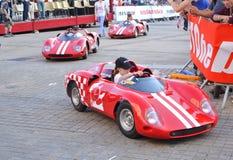 LE MANS, ΓΑΛΛΙΑ - 13 ΙΟΥΝΊΟΥ 2014: Παιδιών στα αθλητικά αυτοκίνητα στην παρέλαση του αγώνα πιλότων Στοκ εικόνα με δικαίωμα ελεύθερης χρήσης