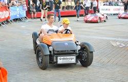 LE MANS, ΓΑΛΛΙΑ - 13 ΙΟΥΝΊΟΥ 2014: Παιδιών στα αθλητικά αυτοκίνητα στην παρέλαση του αγώνα πιλότων Στοκ Φωτογραφία
