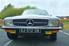 LE MANS, FRANÇA - 30 DE ABRIL DE 2017: Fim preto do logotipo de Mercedes Benz acima do modelo velho Imagem de Stock