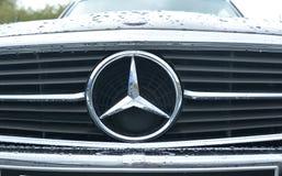 LE MANS, FRANÇA - 30 DE ABRIL DE 2017: Fim preto do logotipo de Mercedes Benz acima do modelo velho Fotografia de Stock Royalty Free