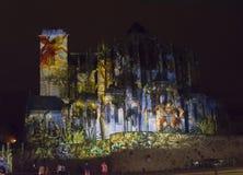 LE MANS, FRANÇA - 28 DE AGOSTO DE 2016: A noite da quimera iluminou o desempenho na parede da catedral romana e gótico Imagem de Stock