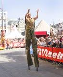 LE MANS, FRANÇA - 16 DE JUNHO DE 2017: os atores do circo da rua vão em pernas de pau na parada da abertura de 24 horas de Le Man fotos de stock