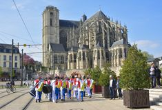 LE MANS, FRANCE - APRIL 22, 2017: Festival Europe jazz People dancing in carribean costumes near Roman cathedral of Saint Julien a. T a Le mans Sarthe, Pays de Stock Photography