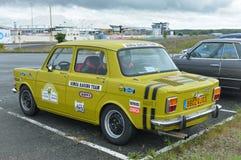 LE MANS, FRANCE - 30 AVRIL 2017 : Course française de vintage voyageant le logo jaune de Simca de voiture Images libres de droits
