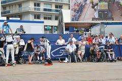 LE MANS, FRANCE - 11 JUIN 2017 : Gardien de but et coureur français célèbres de Fabien Barthez l'anciens donne l'autographe aux f Photo stock