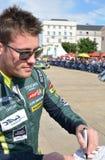 LE MANS, FRANCE - 11 JUIN 2017 : Le coureur néo-zélandais célèbre Richie Stanaway Aston Martin Racing donne l'autographe pendant  Photographie stock libre de droits