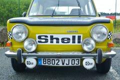 LE MANS, FRANCIA - 30 DE ABRIL DE 2017: Raza francesa del vintage que viaja al logotipo amarillo Shell de Simca del coche Foto de archivo libre de regalías