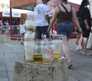 LE MANS, FRANCIA - 16 DE JUNIO DE 2017: Basura de las tazas y de las botellas plásticas con la cerveza en la calle después del de Imagenes de archivo