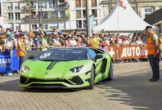 LE MANS, FRANCIA - 16 DE JUNIO DE 2017: Coche moderne lujoso Lamborghini Aventador en un desfile de los pilotos que compiten con  Imagen de archivo