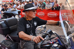 LE MANS, FRANCIA - 13 DE JUNIO DE 2014: Desfile de competir con de los pilotos Viejos hombres en la motocicleta fotografía de archivo libre de regalías