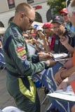 LE MANS, FRANCIA 11 DE JUNIO DE 2017: El conductor de coche de carreras danés Marco Sorensen Aston Martin Racing da el autógrafo  Fotografía de archivo libre de regalías