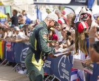 LE MANS, FRANCIA - 11 DE JUNIO DE 2017: El corredor danés famoso Nicki Thiim da el autógrafo para las fans Pesaje, administrativo Imágenes de archivo libres de regalías