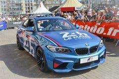 LE MANS, FRANCIA - 16 DE JUNIO DE 2017: Nuevo BMW azul con el emblema o el símbolo de las razas famosas 24 horas de Le Mans Fotos de archivo libres de regalías