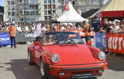 LE MANS, FRANCIA - 16 DE JUNIO DE 2017: Se divierte el porsch rojo con el trofeo del oro de una raza de 24 horas de Le Mans en el Imágenes de archivo libres de regalías