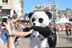 LE MANS, FRANCIA - 16 DE JUNIO DE 2017: Un hombre vestido como traje de la panda baila en un desfile de los pilotos que compiten  fotografía de archivo