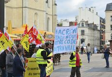 LE MANS, FRANCIA - 19 DE OCTUBRE DE 2017: La gente demuestra durante una huelga contra nuevas leyes fotos de archivo