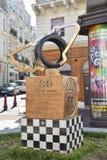 LE MANS, FRANCIA - 8 DE OCTUBRE DE 2017: monumento con el emblema de razas 24 horas de Le Mans y las impresiones de las manos del Imagenes de archivo
