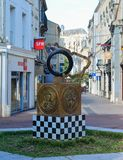 LE MANS, FRANCIA - 8 DE OCTUBRE DE 2017: monumento con el emblema de razas 24 horas de Le Mans y las impresiones de las manos del Fotografía de archivo libre de regalías