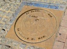LE MANS, FRANCIA - 8 DE OCTUBRE DE 2017: Toma las huellas dactilares el emblema de la compañía Michel Vaillante y las firmas de l Imagen de archivo libre de regalías