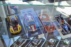LE MANS, FRANCIA - 18 GIUGNO 2017: Varia miniatura del modello dell'automobile Negozio-finestra Fotografia Stock
