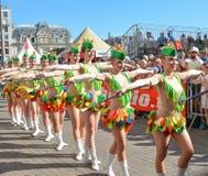 LE MANS FRANCJA, CZERWIEC, - 16, 2017: Młode dziewczyny maszerują na ulicach przy otwarcie paradą 24 godziny Le obsługują Fotografia Stock