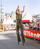 LE MANS FRANCJA, CZERWIEC, - 16, 2017: uliczni cyrkowi aktorzy iść na stilts przy otwarcie paradą 24 godziny Le obsługują Zdjęcia Stock