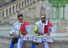 LE MANS FRANCJA, KWIECIEŃ, - 22, 2017: Festiwalu Europa jazzowi aktorzy w karaibskiej kostiumowej sztuce bębeny w śródmieściu Le  Obrazy Royalty Free