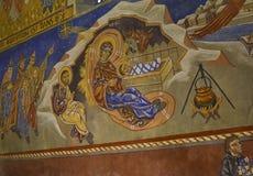 LE MANS FRANCJA, WRZESIEŃ, - 17, 2017: Kościół st z malującym frescoes Bożenarodzeniowym creche z Joseph Mary i mały Jezus ins fotografia stock