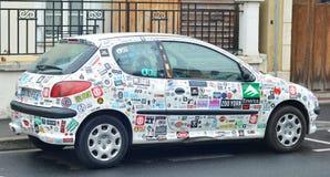LE MANS, FRANKREICH - 25. April 2017: Autoaufkleber bedecken ein weißes Auto Peugeot stockbilder