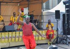 LE MANS, FRANKREICH - 22. APRIL 2017: Mann Festival-Europa-Jazz A tanzt einen karibischen Tanz Musikerkleid mit Kostümen und spie lizenzfreies stockfoto