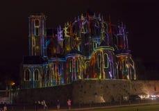 LE MANS, FRANKREICH - 28. AUGUST 2016: Nacht der Schimäre belichtete Leistung auf der Wand der römischen und gotischen Kathedrale Lizenzfreie Stockfotos