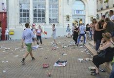 LE MANS, FRANKREICH - 16. JUNI 2017: Abfall von den Dosen und vom Plastik auf der Straße nach der Parade von Piloten Lizenzfreie Stockfotos