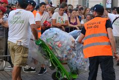 LE MANS, FRANKREICH - 16. JUNI 2017: Arbeitskraft-Mann, der Abfall mit Dosen und Plastik auf der Straße an der Parade von Piloten Stockbilder
