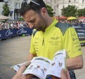 LE MANS, FRANKREICH - 11. JUNI 2017: Berühmter englischer Rennläufer Darren Turner gibt Autogramm auf seinem Foto für Fans währen Lizenzfreie Stockfotos