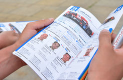 LE MANS, FRANKREICH - 11. JUNI 2017: Broschüre mit dem Team von Rennläufern von Fabien Barthez - berühmter ehemaliger französisch Lizenzfreie Stockfotos