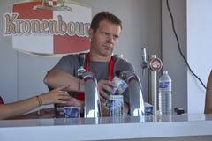 LE MANS, FRANKREICH - 12. JUNI 2014: Der Kellner gießt Bier in ein Glas in der Kneipe bei 24 Stunden Rennen von Le Mans Lizenzfreie Stockbilder