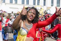 LE MANS, FRANKRIJK - APRIL 22, 2017: De jazza vrouw die van festivaleuropa in kostuums dansen royalty-vrije stock fotografie