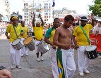 LE MANS, FRANKRIJK - JUNI 13, 2014: Braziliaanse mens die bij een parade van loodsen het rennen dansen stock afbeeldingen