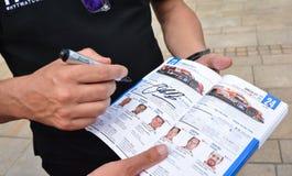 LE MANS, FRANKRIJK - JUNI 11, 2017: Brochure met het team van raceauto's van Fabien Barthez - beroemde vroegere Franse keeper en  stock fotografie