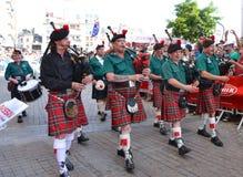 LE MANS, FRANKRIJK - JUNI 13, 2014: De Schotse doedelzakband marcheert onderaan de straat tijdens parade van loodsen het rennen Stock Foto