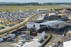 LE MANS - FRANKRIJK, 17 JUNI, 2017: Mening van hierboven aan het paviljoen van de Porsche-Motorshow en een groot parkeren Royalty-vrije Stock Foto's