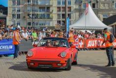 LE MANS, FRANKRIJK - JUNI 16, 2017: Sporten rode porsch met gouden trofee van een ras van 24 uren van Le Mans bij de parade van l Royalty-vrije Stock Afbeeldingen