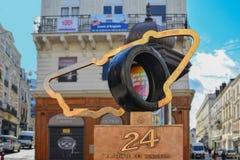 LE MANS, FRANKRIJK - OKTOBER 08, 2017: monument met het embleem van rassen 24 uren Le Mans en de indrukken van de handen van de w Stock Foto's