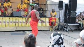 LE MANS FRANKRIKE - APRIL 22, 2017: Mannen för festivalEuropa jazz A dansar en karibisk dans Musikerklänning med dräkter och spel arkivfilmer