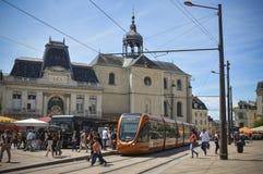 LE MANS FRANKRIKE - JULI 06, 2016: Frihetsfyrkant med spårvagnstoppet och byggnader Arkivbild