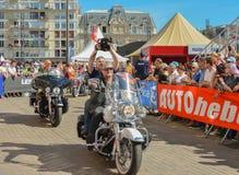 LE MANS FRANKRIKE - JUNI 16, 2017: Cyklister med en Harley Davidson moped på en ståta av att springa för piloter Fotografering för Bildbyråer