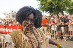 LE MANS FRANKRIKE - JUNI 16, 2017: Den afrikanska kvinnan i nationell kläder som dansar på öppningen, ståtar av 24 timmar av Le M Fotografering för Bildbyråer